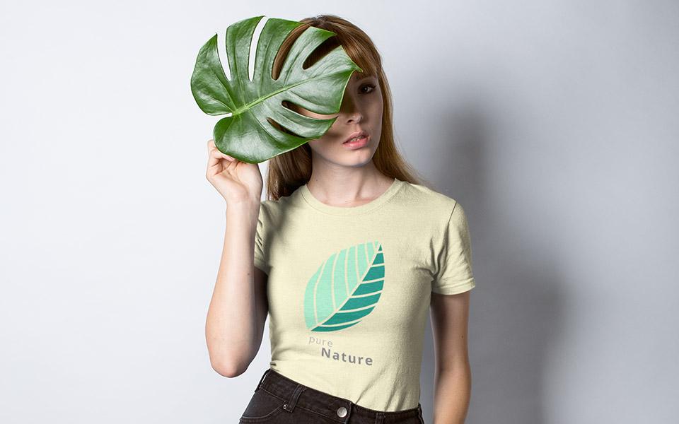 "Frau/Model mit gelbem Shirt ""Pure Nature"" und grünem Blatt"