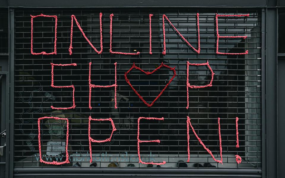 """Schaufenster mit roter Aufschrift """"Online Shop Open!"""""""