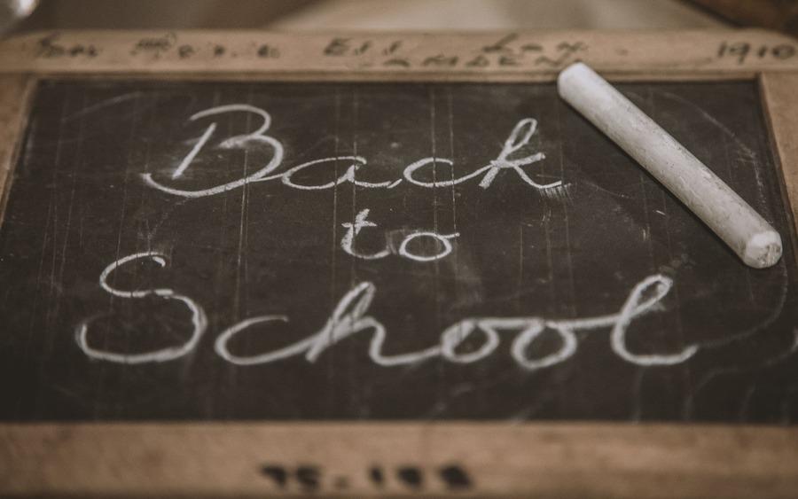 Kleine Schultafel mit Kreide und Aufschrift: Back to School