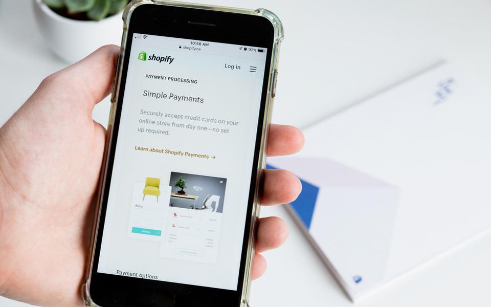 Smartphone mit Shopify-App