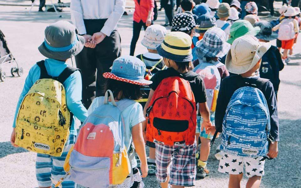 Grundschüler auf dem Weg zur Schule