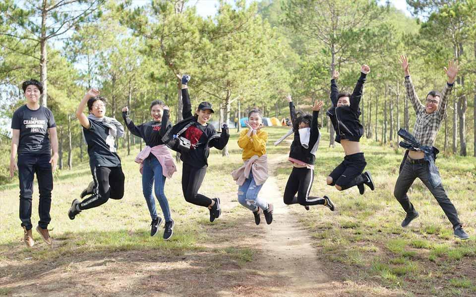 Teenager Schüler springen in die Luft