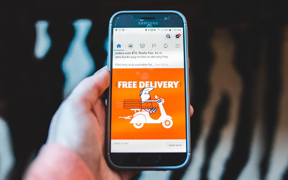 Smartphone, auf dem Free-Delivery-Werbung angezeigt wird