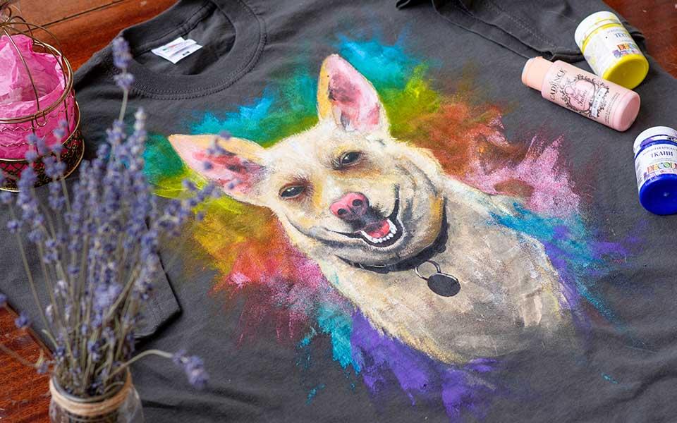 Bemaltes T-Shirt mit Hunde-Motiv