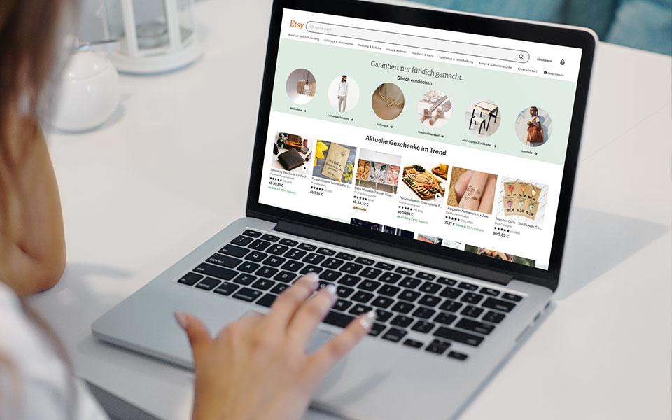Laptop mit Etsy-Marktplatz im Browser