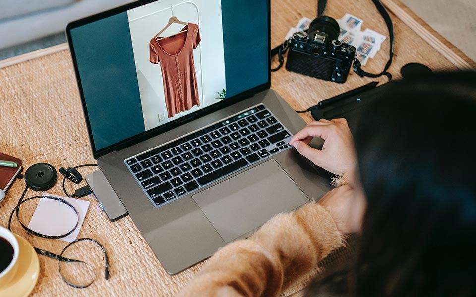 Laptop mit Produktfoto (Kleid)
