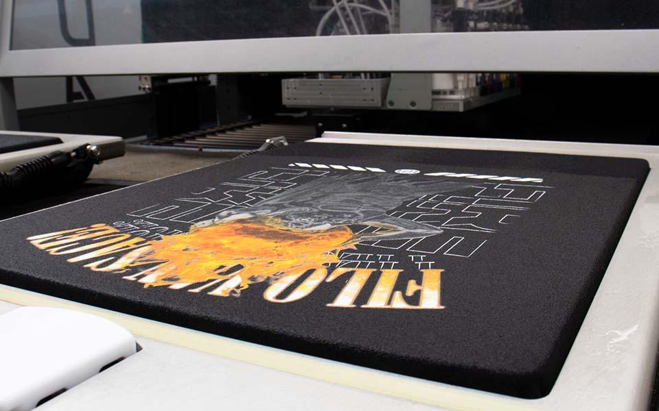 Frisch bedrucktes Shirt aus einem Digitaldrucker