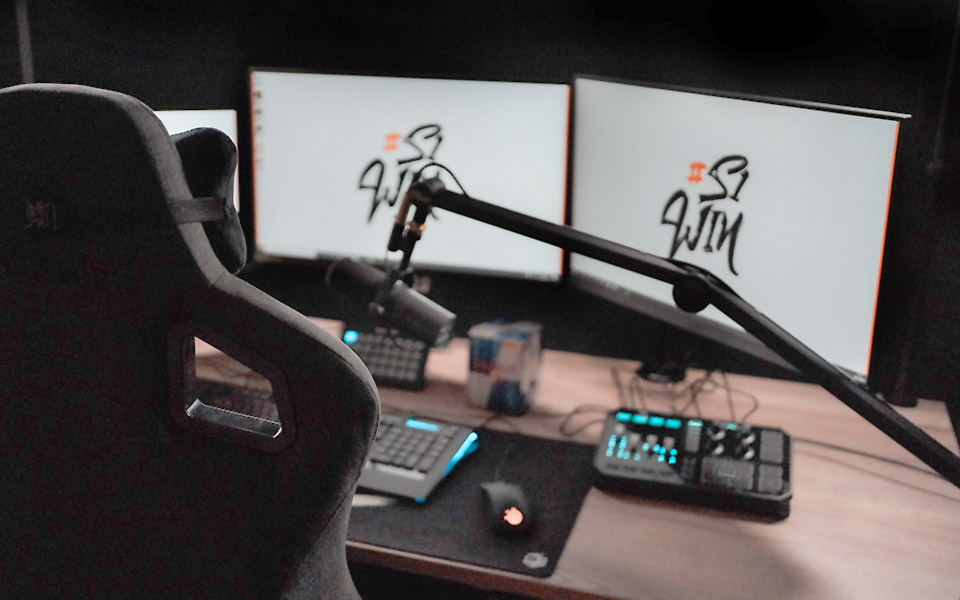 Twitch-Streamer-Setup mit PC, Monitoren & Mikrofon