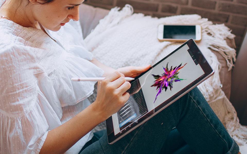 Frau erstellt Design am Tablet