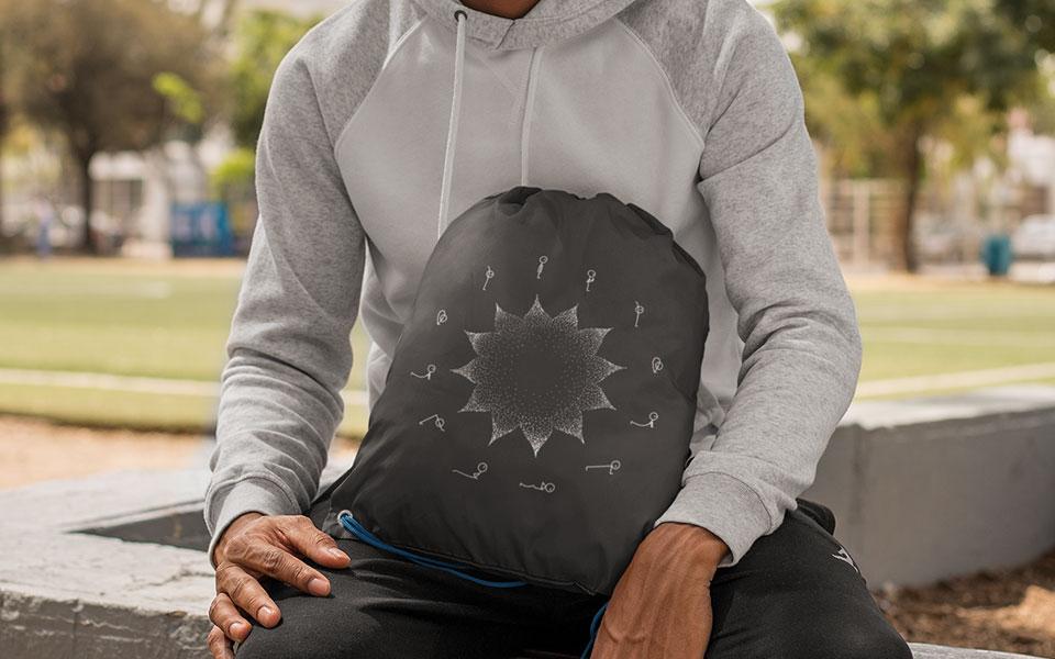 Mann trägt Gymbag mit Merch-Logo