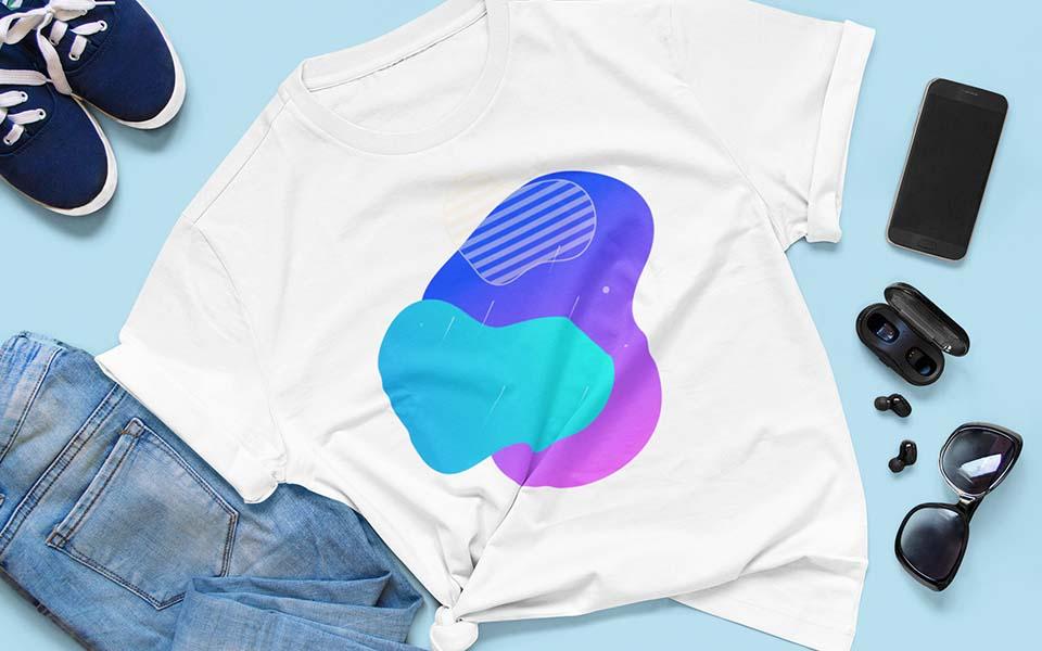 Ausgebreitetes Shirt mit Druck, Schuhe, Hose und Accessoires