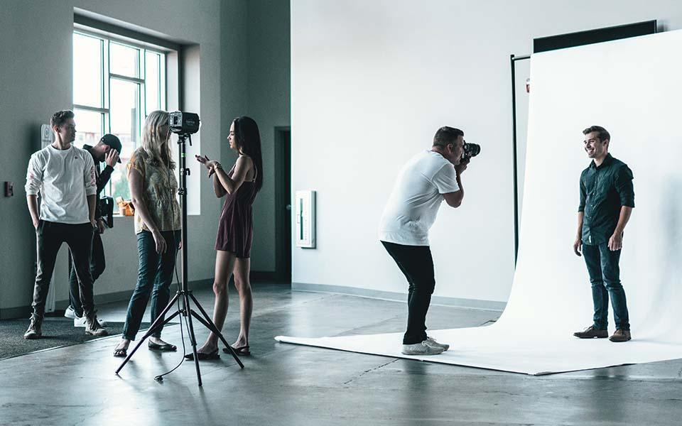 Fotoshooting mit Models und Studiohintergrund