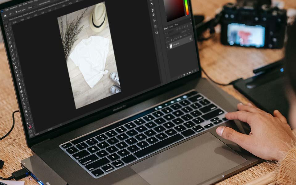 Laptop mit Bildbearbeitungsprogramm