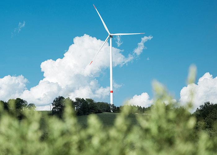 Moderne Windkraftanlage umgeben von Natur