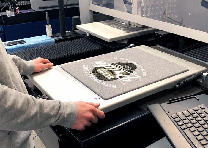 Bedrucktes Shirt in DTG-Druckmaschine