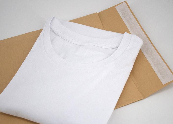 Weißes T-Shirt auf plastikfreier Versandverpackung als Papier