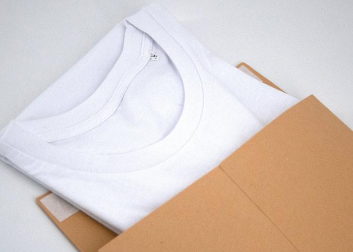 Weißes T-Shirt in plastikfreier Versandverpackung