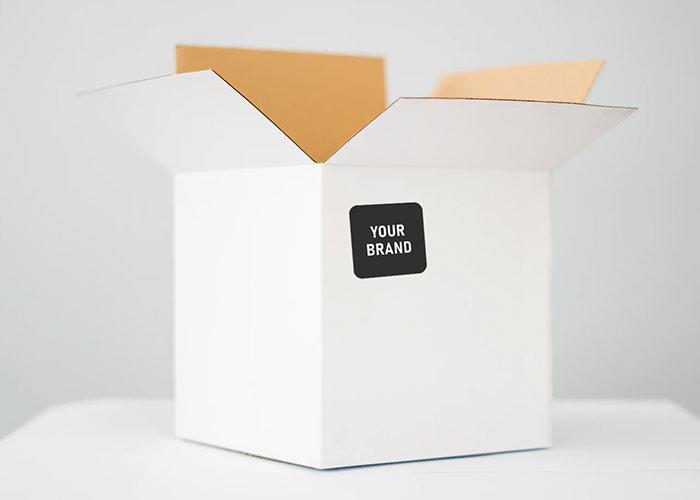 Weißer Karton mit Your-Brand-Logosticker