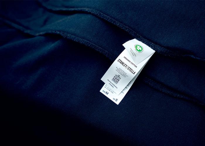 Etikett an einem T-Shirt mit Nachhaltigkeitszertifikaten