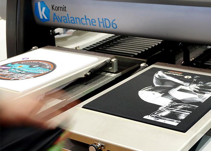 Zwei T-Shirts in einer DTG-Druckmaschine