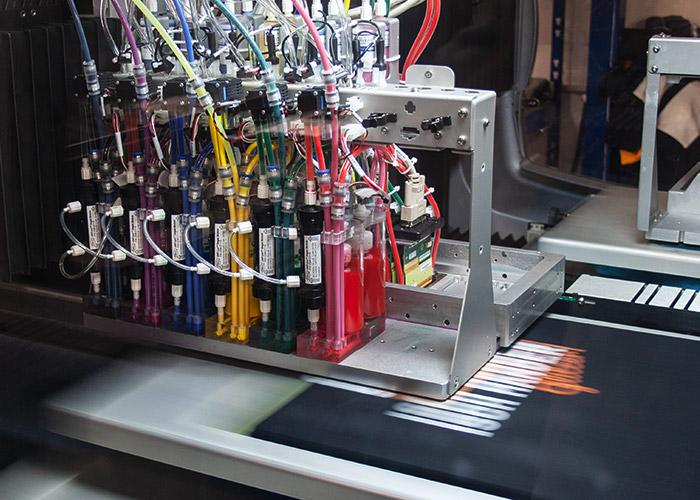 T-Shirt-Druck im Innenleben einer DTG-Druckmaschine