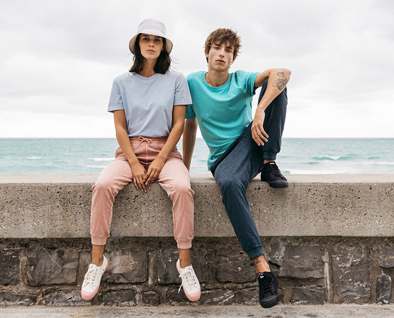 Zwei Models sitzend
