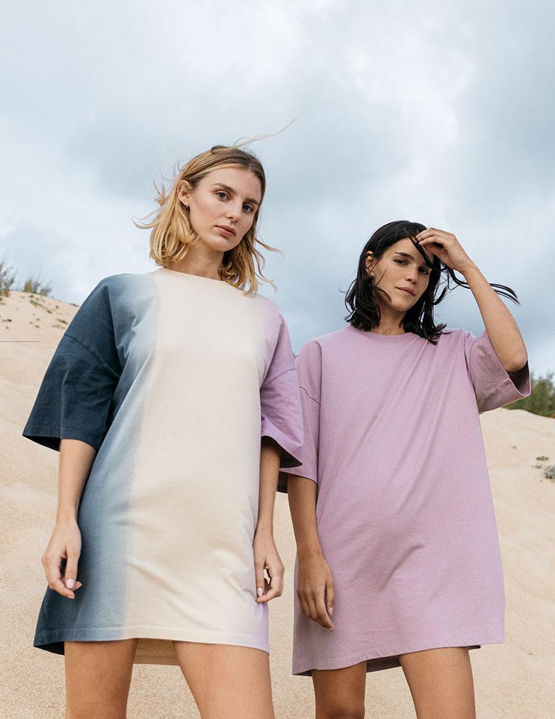 Zwei Models tragen Dress bzw- Oversize-Shirts
