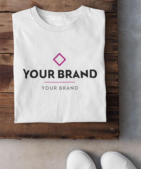Gefaltetes T-Shirt auf einem Tisch mit Unternehmens-Logo