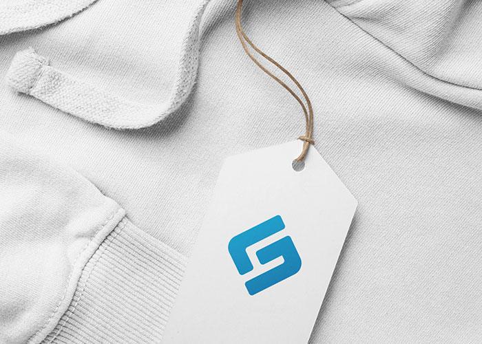 Hängeetikett mit Unternehmenslogo an einem weißen Pullover