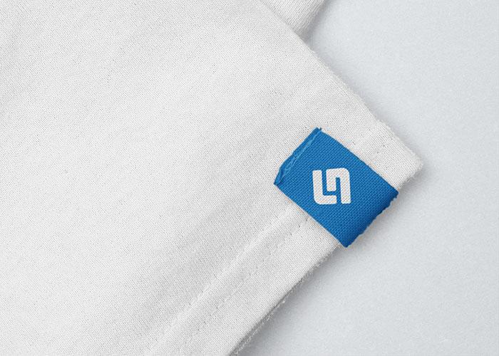 Eingenähtes Ärmel-Etikett mit Logo an weißem T-Shirt
