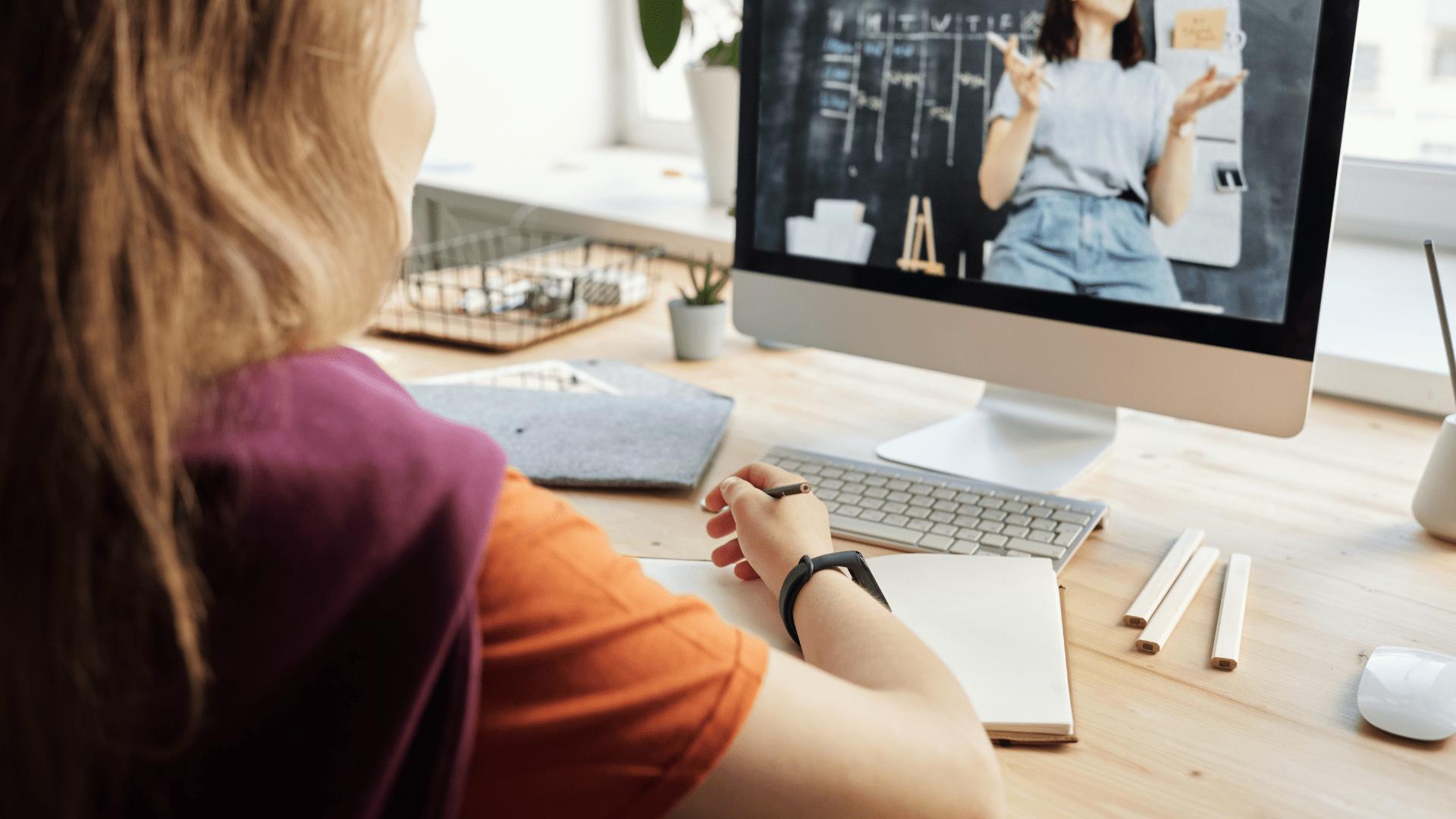Formations en ligne : les avantages et limites pour les entreprises_background