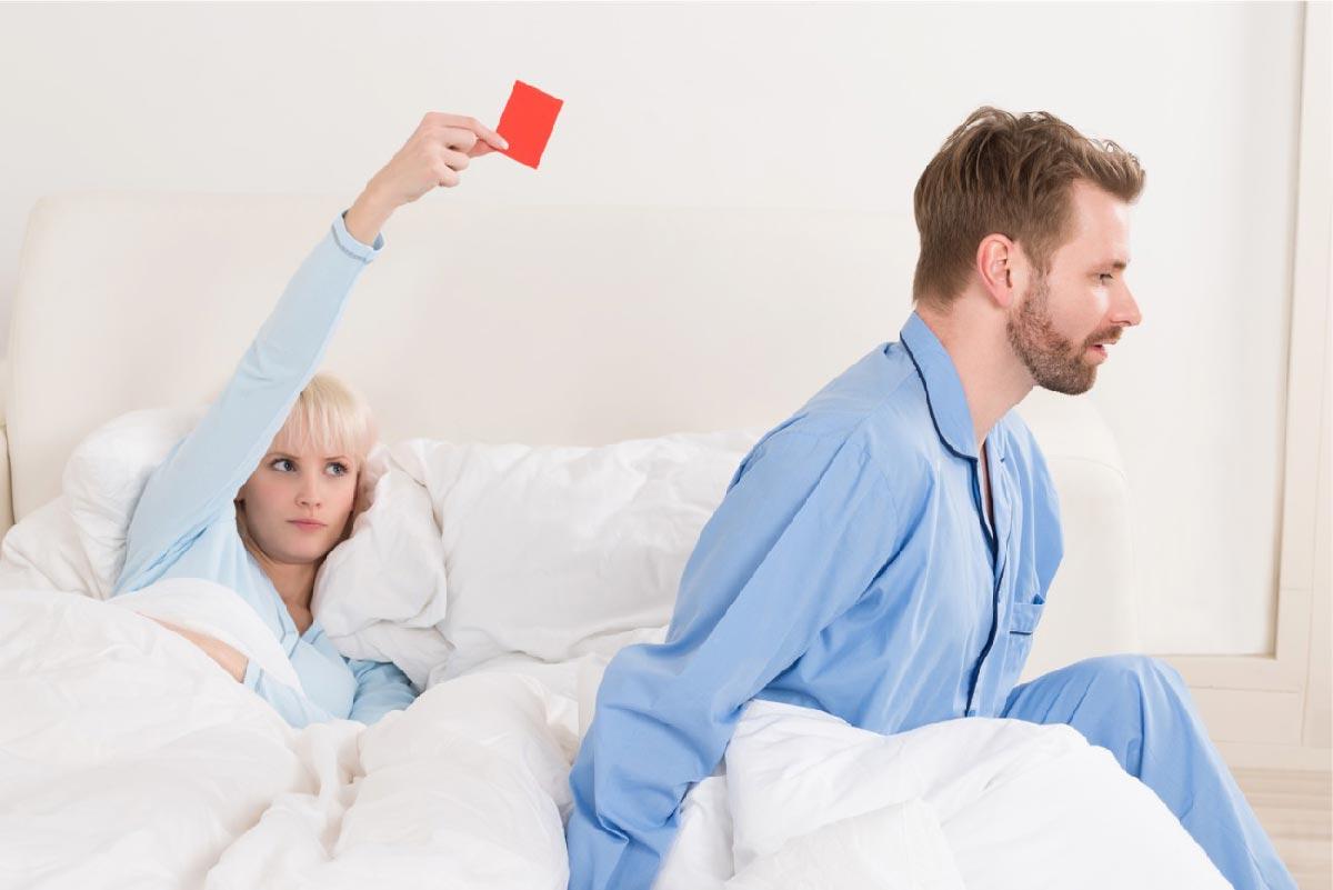 una donna estrare il cartellino rosso al suo partner