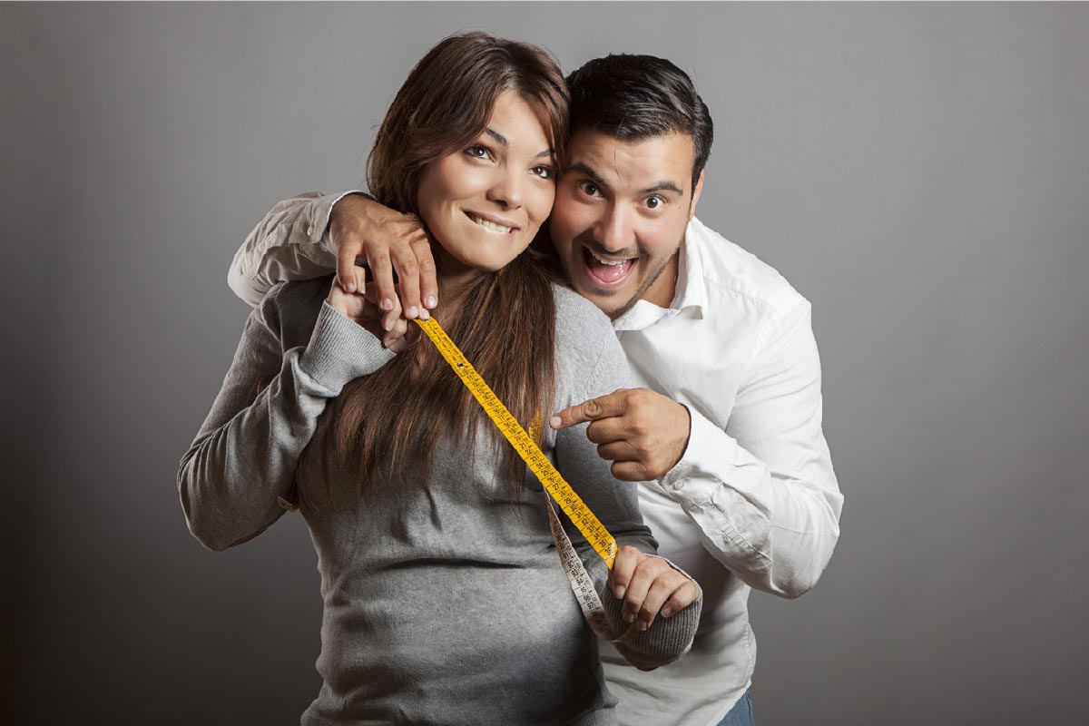 una coppia felice mostra il centimetro