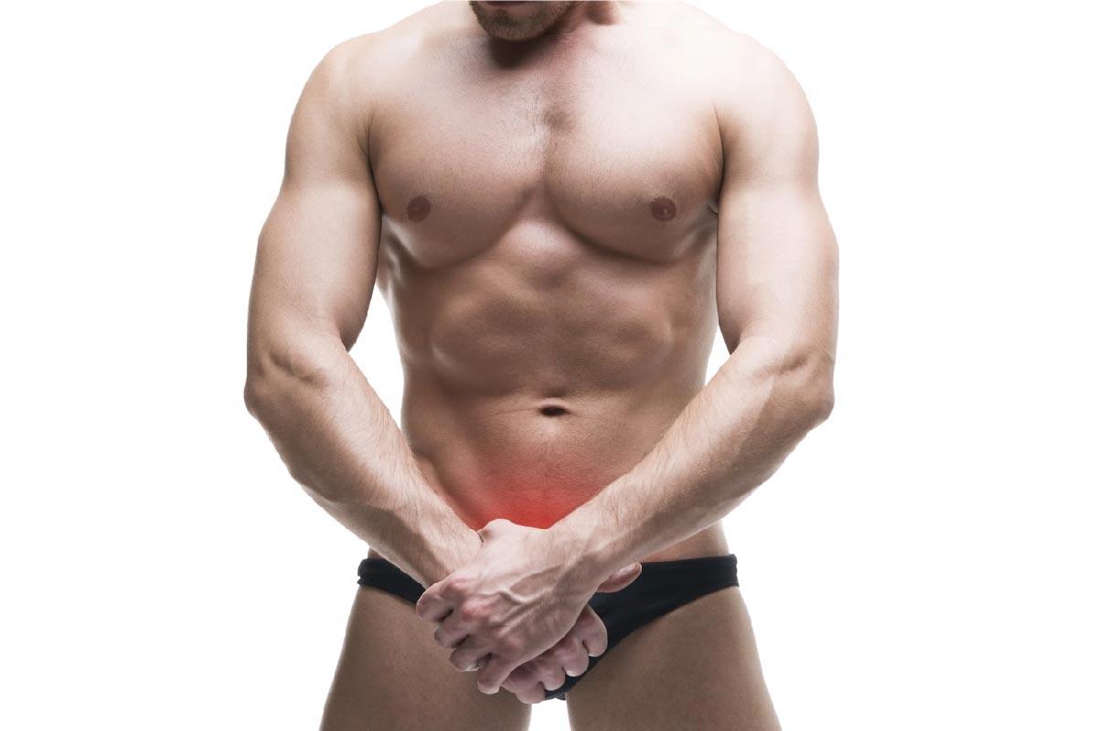 un uomo muscoloso copre il pene