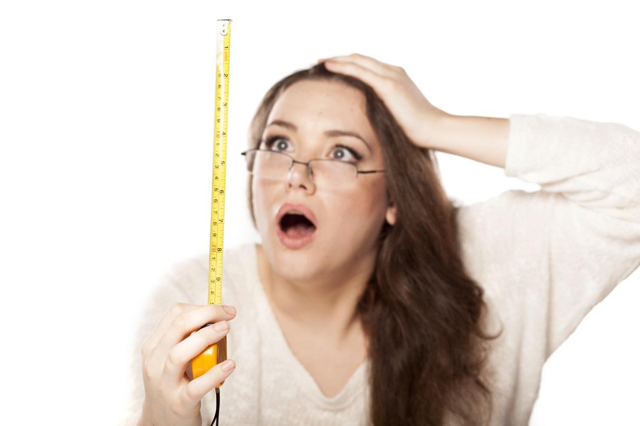 una donna guarda l'altezza del metro basita