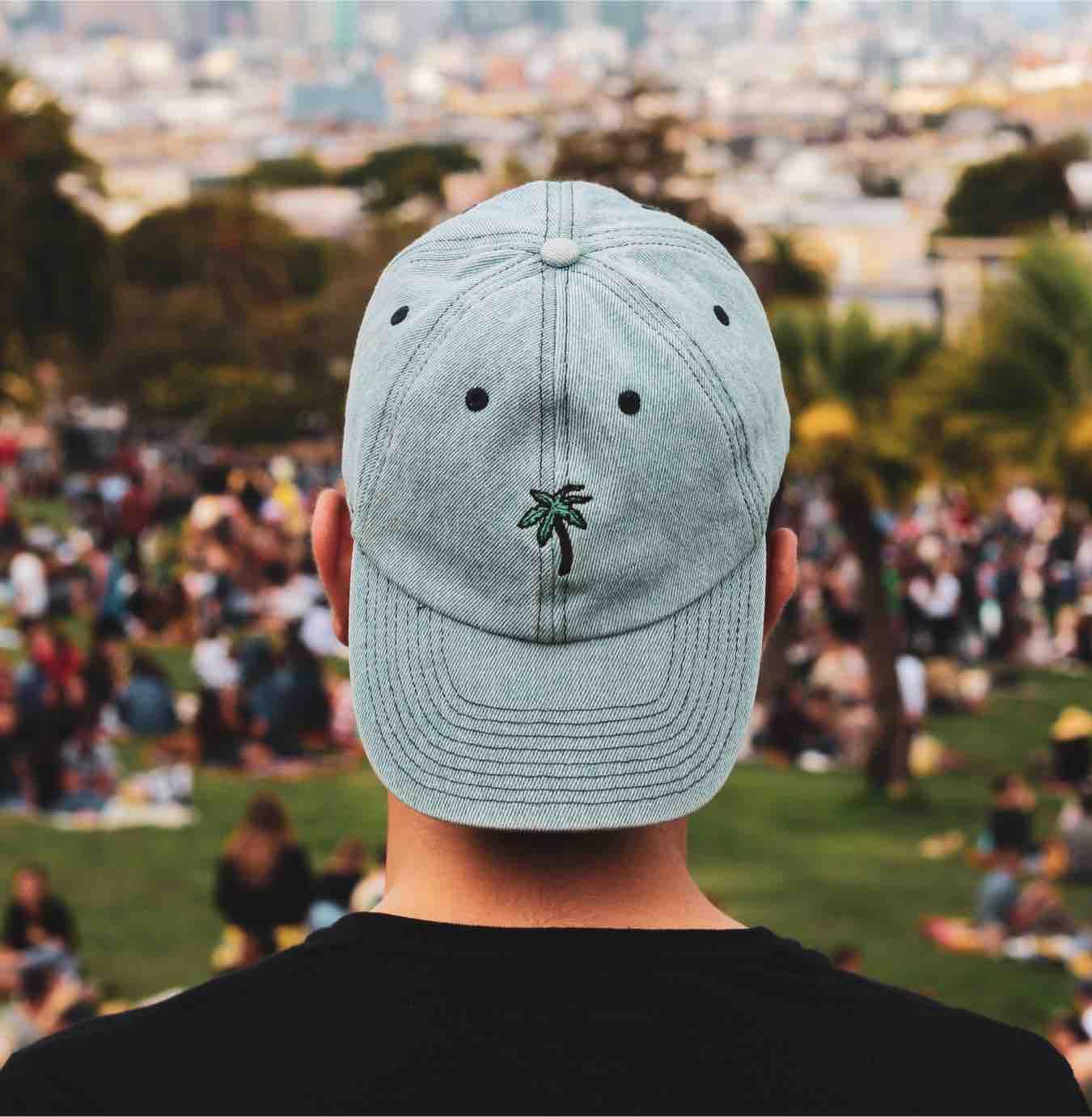 un ragazzo di 14 anni a un festival