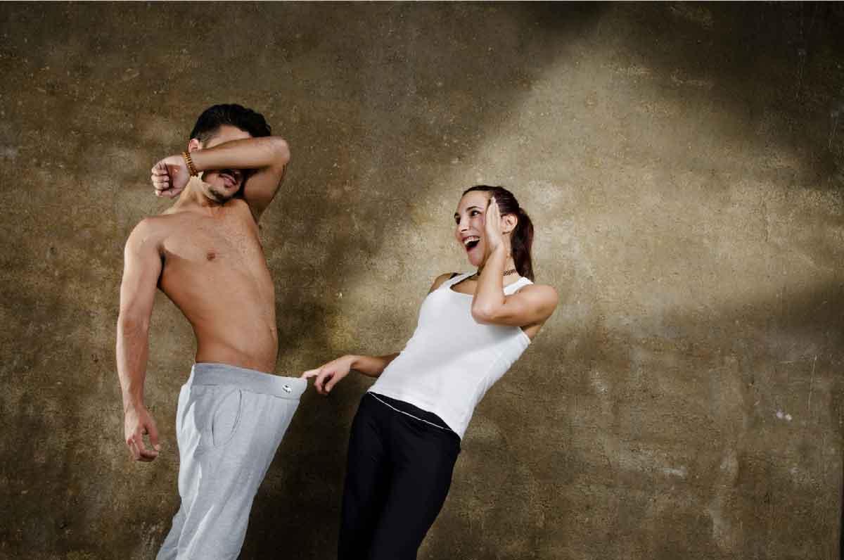 una donna è sbalordita dalle parti intime del suo partner