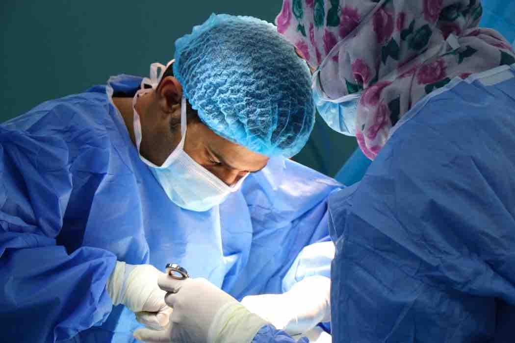 dottore che esegue un intervento al pene