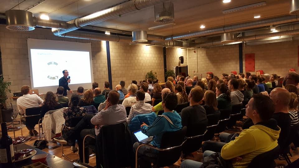 Afbeelding: seminar in de grote multifunctionele zaal van De Plek