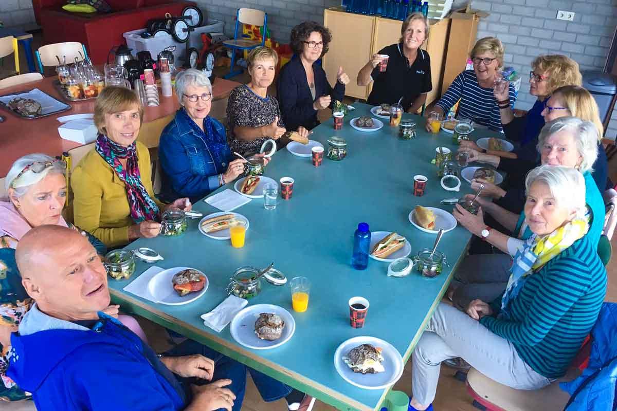 Senioren gezellig aan het ontbijt