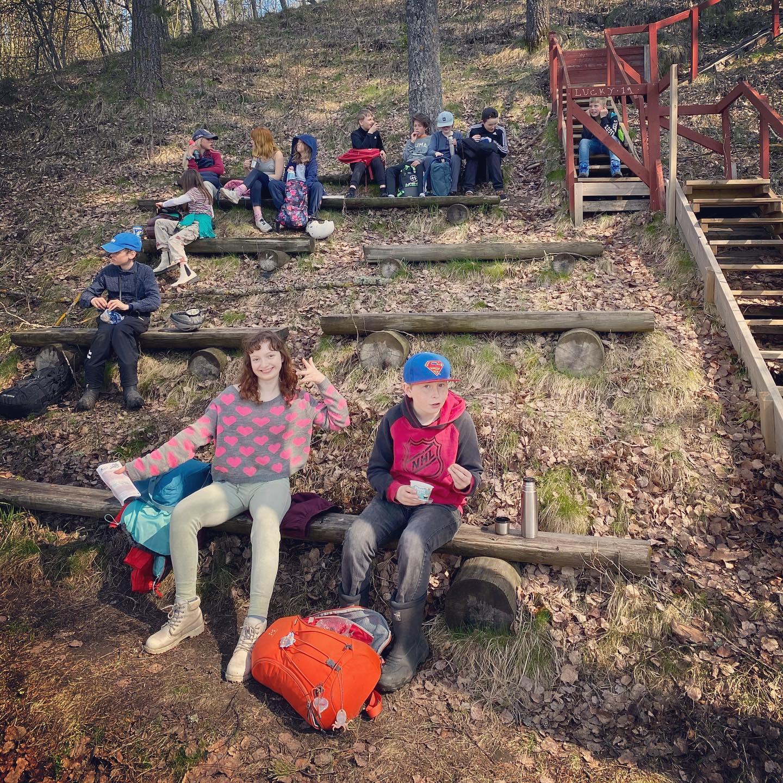Som en del av 5:ans morgonperiod om trädens ekologi, utflykt till Arboretum Norr! En riktig toppendag! ☀️🌳🌼  #arboretumnorr #baggböle #waldorf #umeåwaldorfskola #waldorfumeå #klass5 #morgonperiod #ekologi