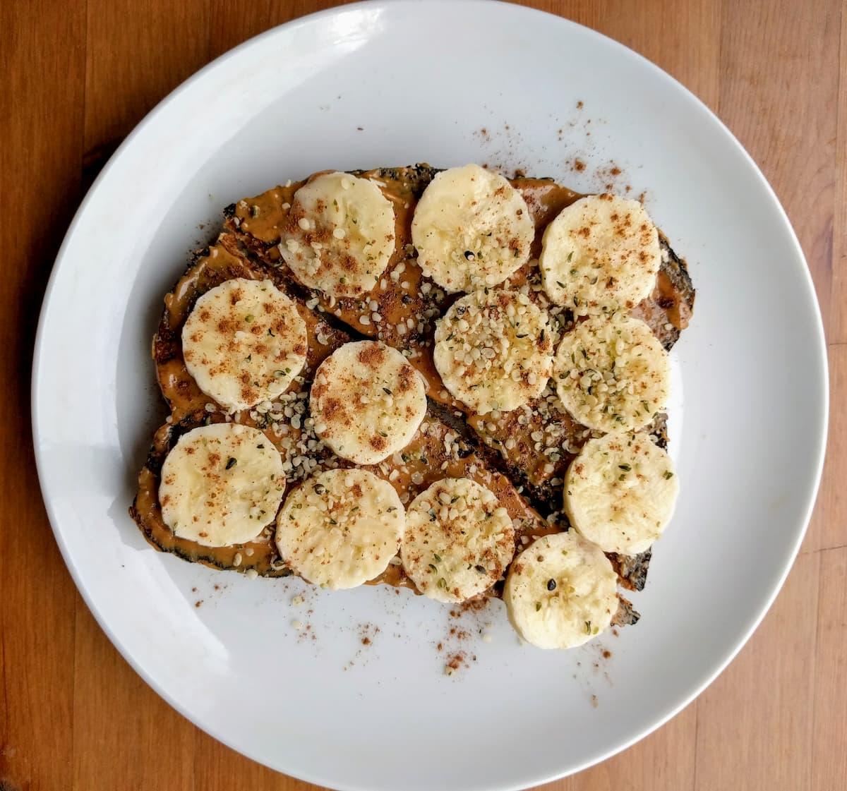 Tostada con mantequilla de maní y banano