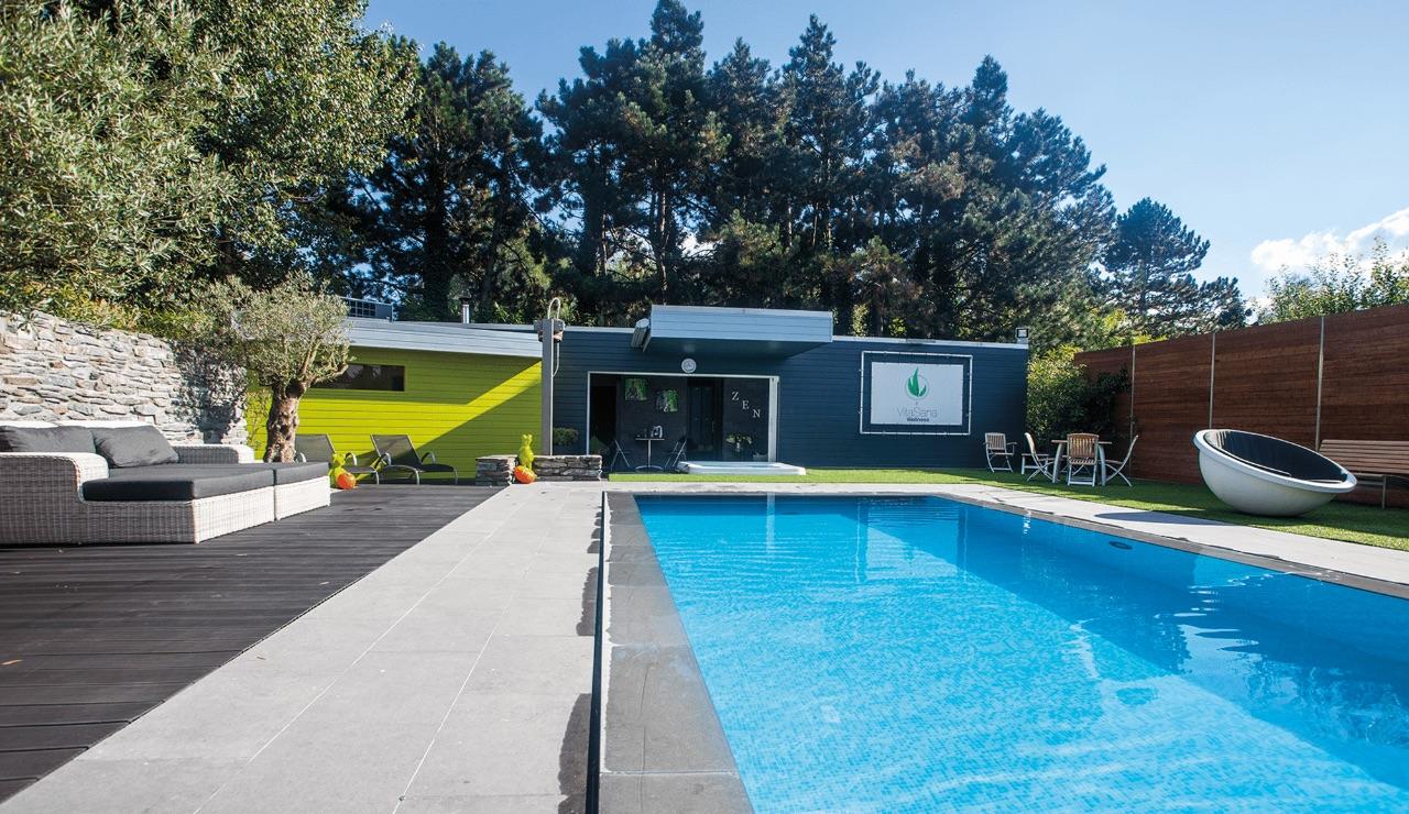 Ons verwarmd buitenzwembad met overloop is maar één voorbeeld van onze welnessfaciliteiten.