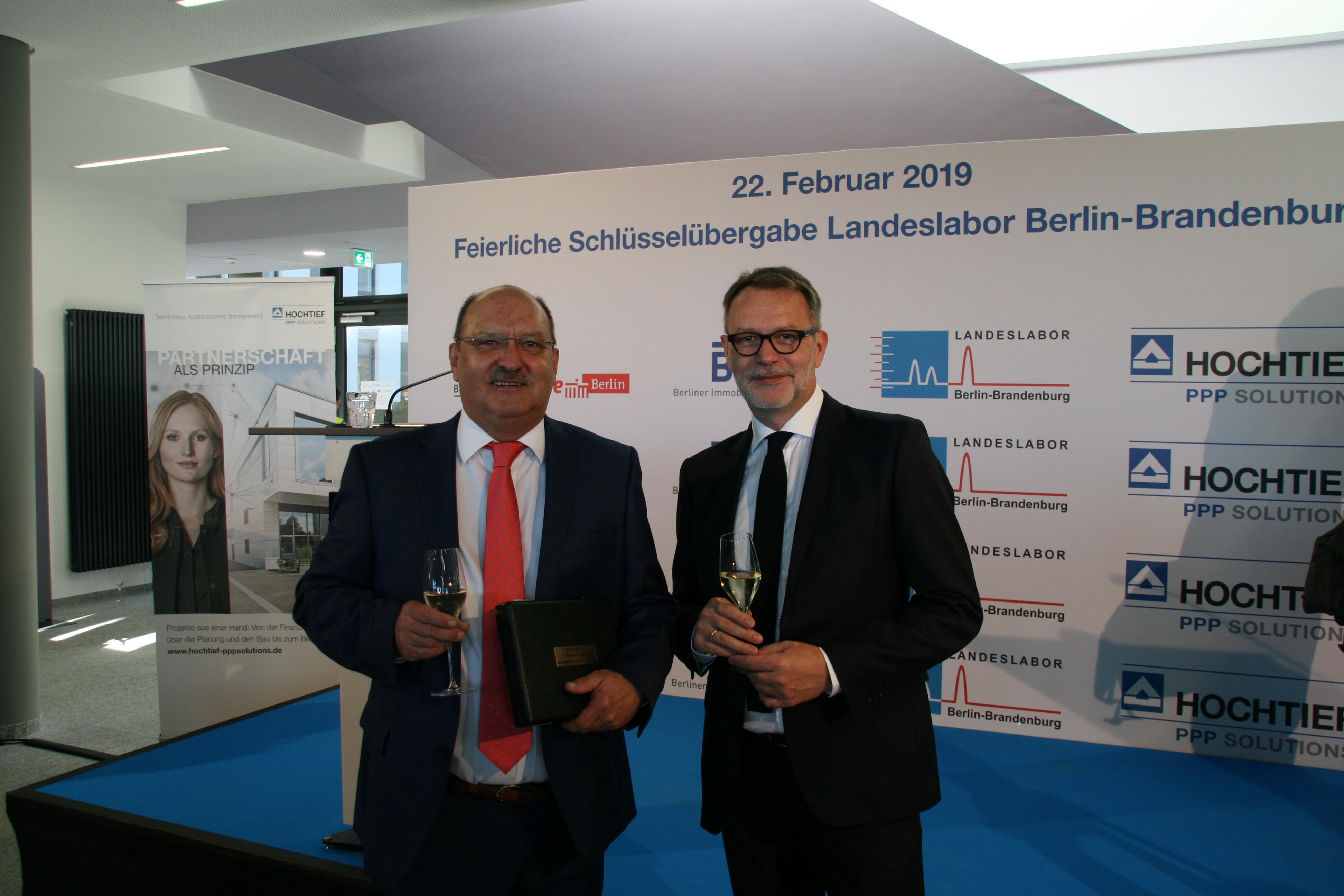 Norbert Buchholz, Direktor Landeslabor Berlin Brandenburg mit Tobias Ossenberg-Engels, Inhaber OECC.