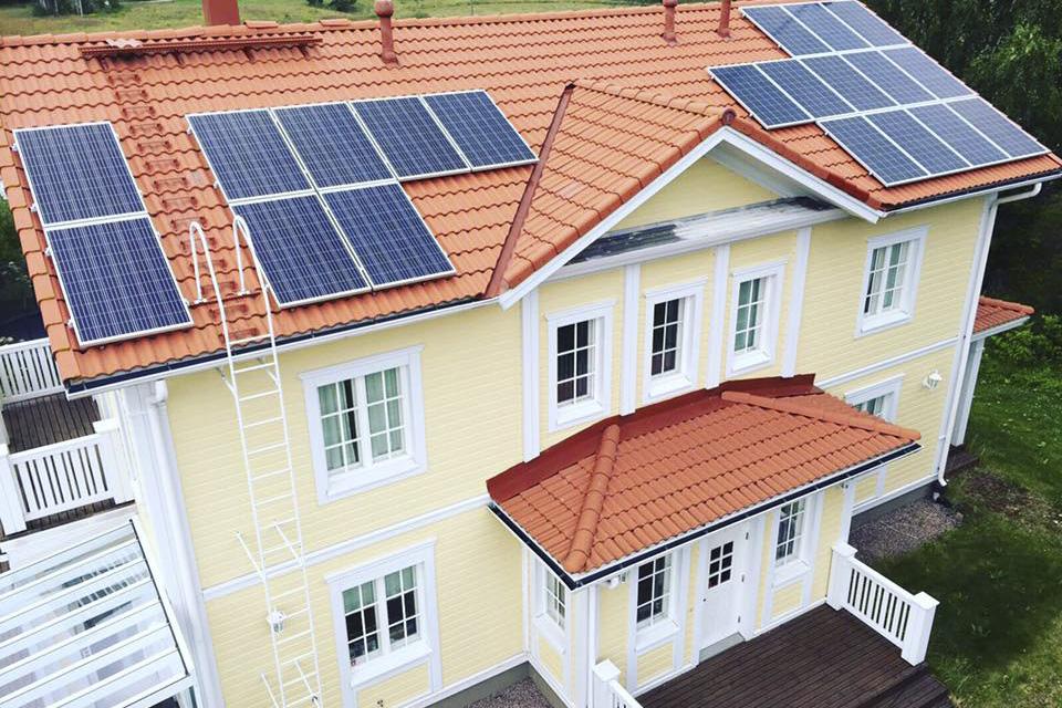 aurinkopaneelit omakotitalon katolla