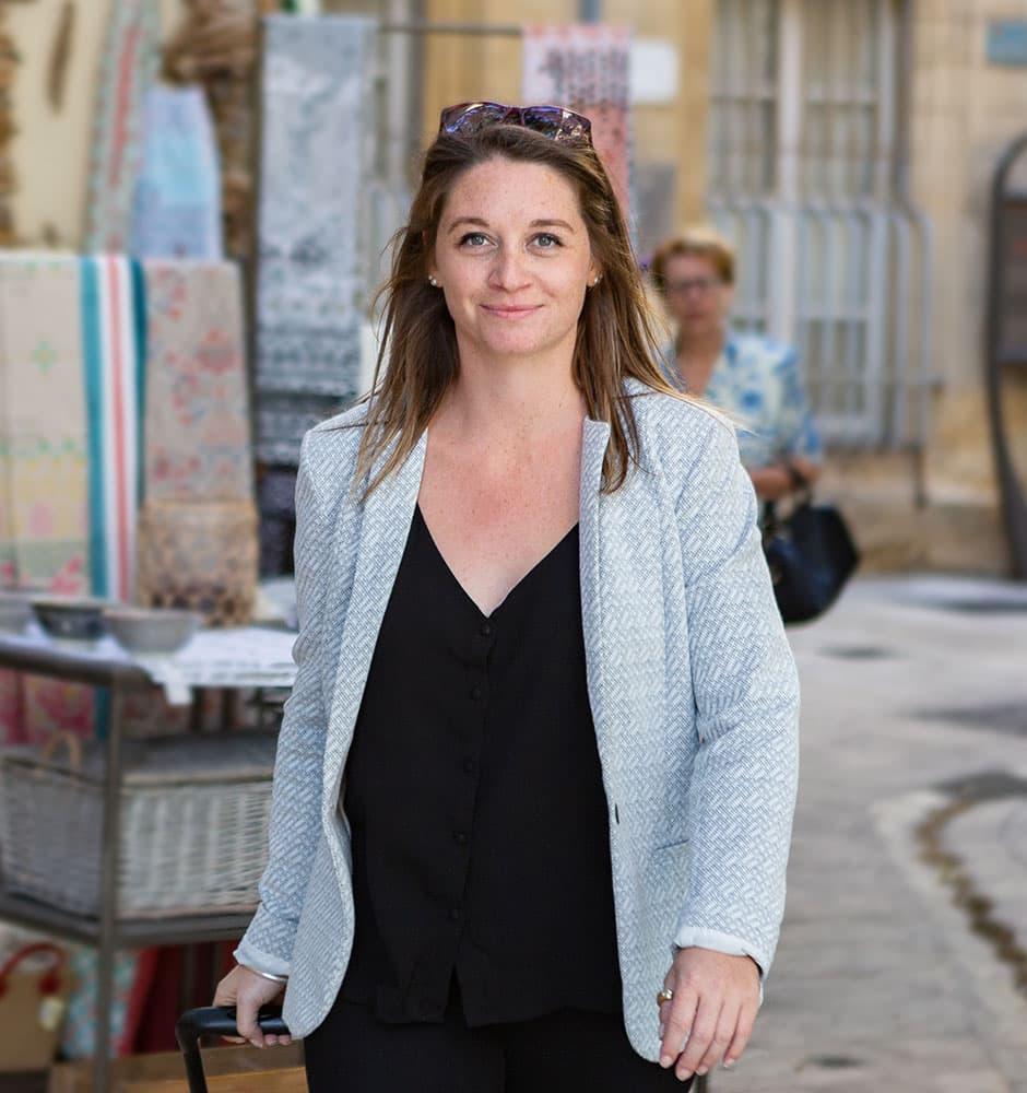 Portrait de Léa, fondatrice de l'Atelier de Léa, designer d'espaces et cuisiniste dans le Vaucluse, le Gard, la Drôme et l'Ardèche.