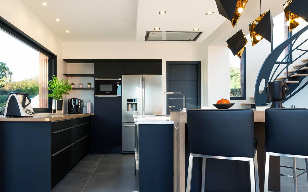 Projet de l'Atelier de Léa : vue de côté d'une cuisine moderne noire asymétrique sur-mesure.