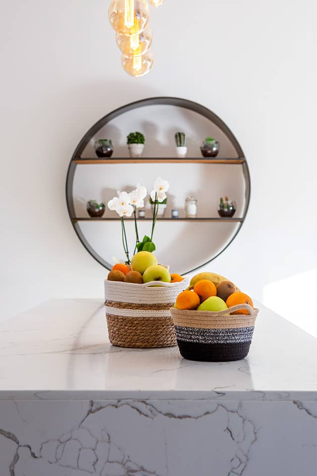 Projet de l'Atelier de Léa : focus sur le marbre du plan de travail d'une cuisine contemporaine sur-mesure.