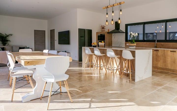 Projet de l'Atelier de Léa : cuisine contemporaine linéaire sur-mesure, avec façade en bois et plans de travail en marbre.