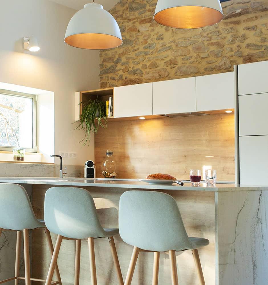 Projet de l'Atelier de Léa : cuisine contemporaine minimaliste blanche sur-mesure avec plans de travail en marbre.